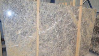 ギリシャエヴィアの希少なグレーの大理石 サビ色柄のマイカリソスインペリアルグレーのご紹介